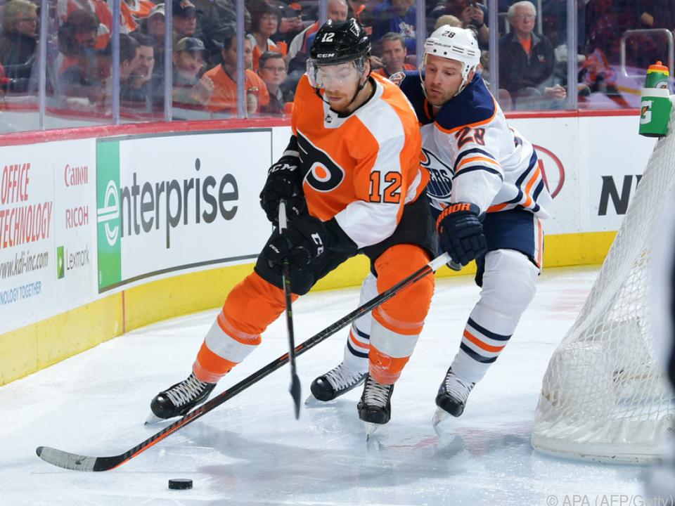 Michael Raffl (l.) im Einsatz gegen Kyle Brodziak von Edmonton