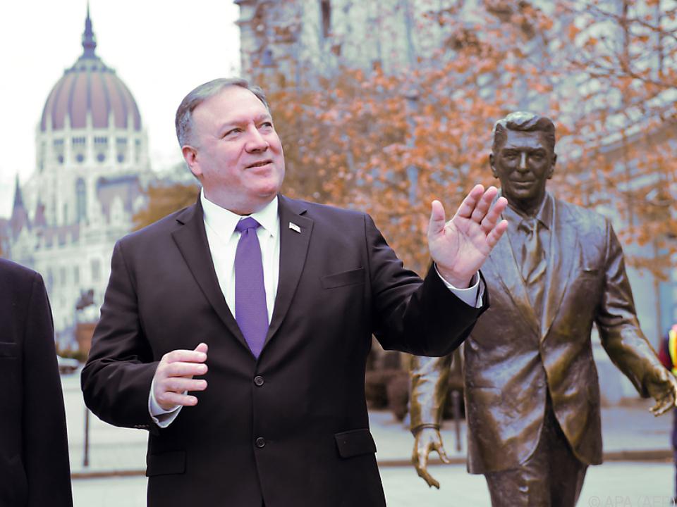 Pompeo vor einer Reagan-Statue in Budapest