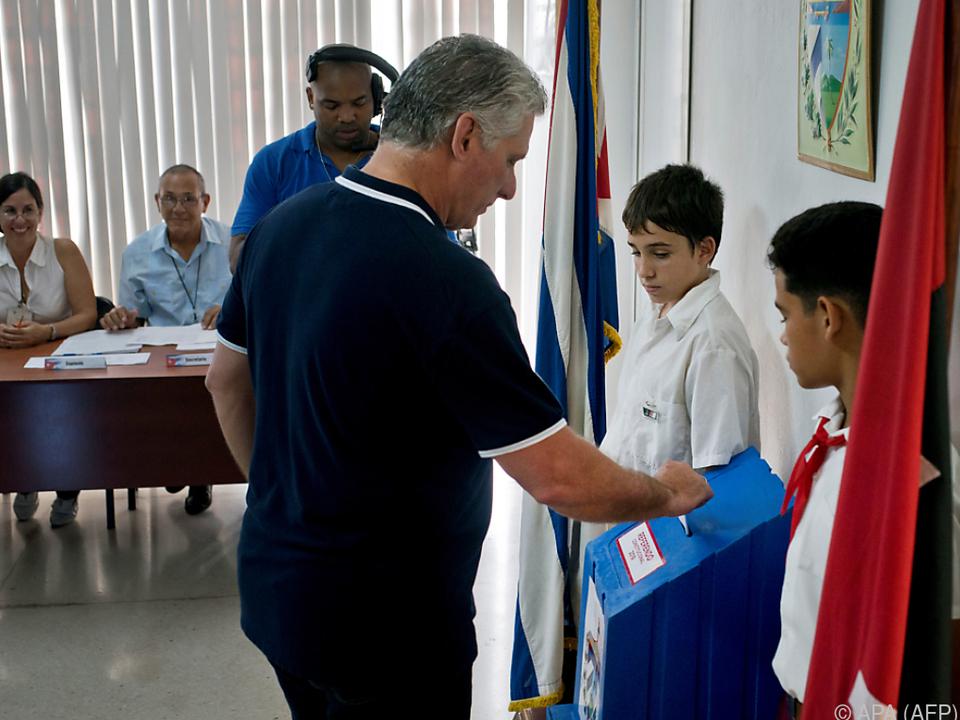 Präsident Diaz-Canel bei seiner Stimmabgabe