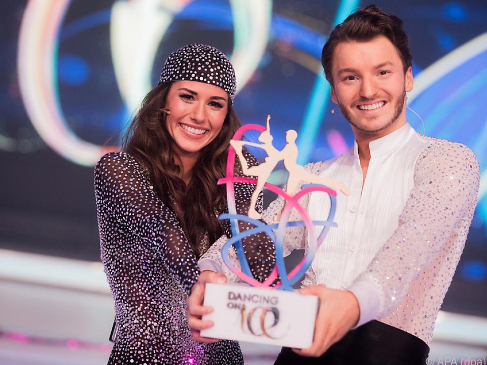 Sarah Lombardi und ihr Tanzpartner Joti freuen sich über den Sieg