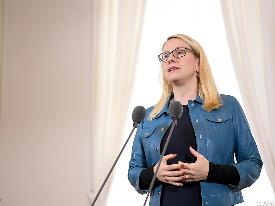 Schramböck will Rechtssicherheit bei Karfreitagsregelung