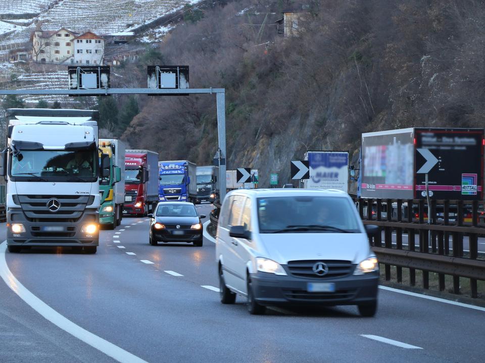 Sektorales Fahrverbot (c) hk Autobahn Winter Lkw Stau