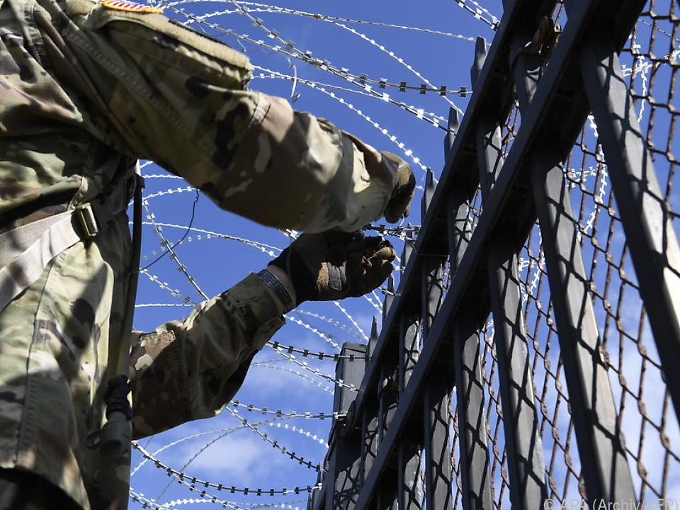 US-Truppen sollen 240 Kilometer Stacheldraht verlegen