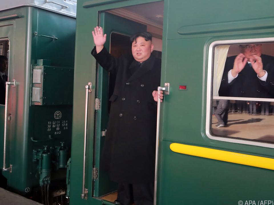 Wie in einem alten Film winkte Kim noch einmal aus dem Zug
