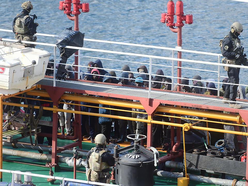 An Bord befinden sich 108 Migranten