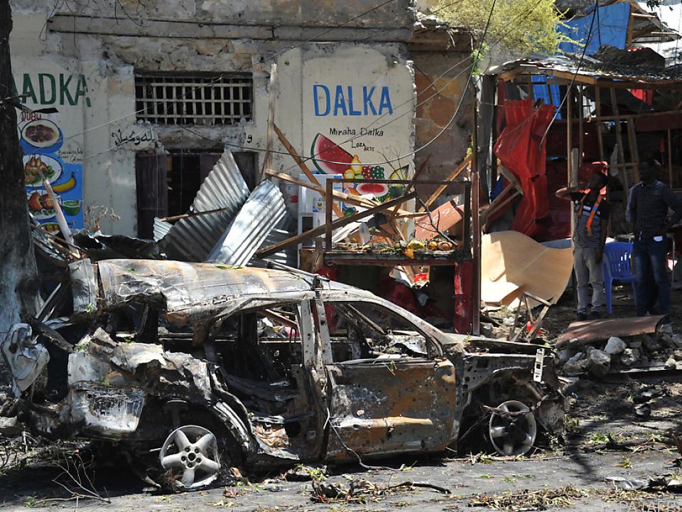 Das Auto explodierte in der Nähe eines Restaurants