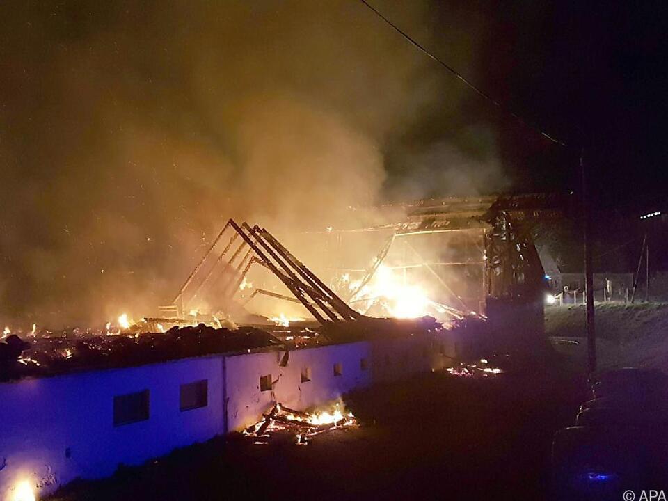 Das Wirtschaftsgebäude stand lichterloh in Flammen