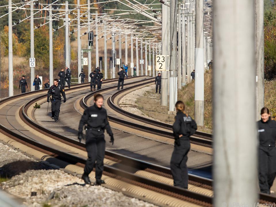 Die Festnahmen stehen in Zusammenhang mit den Anschlägen auf ICE-Züge