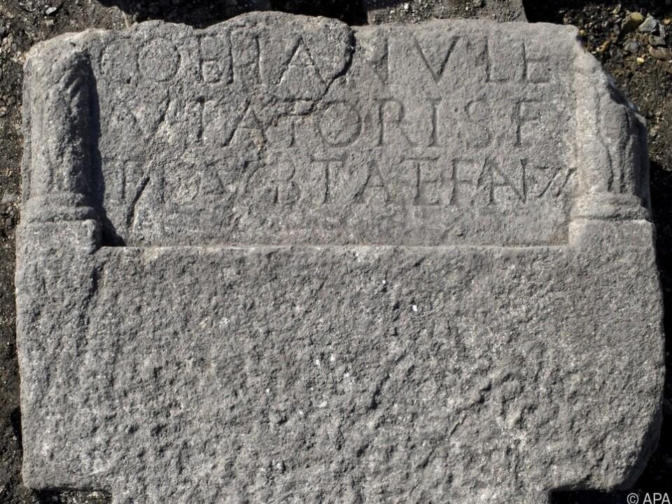Die Grabsteinfragmente wiegen jeweils 500 Kilo