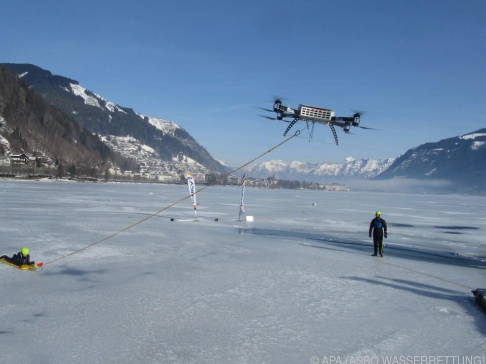 Drohne zieht im Eis eingebrochene Person heraus
