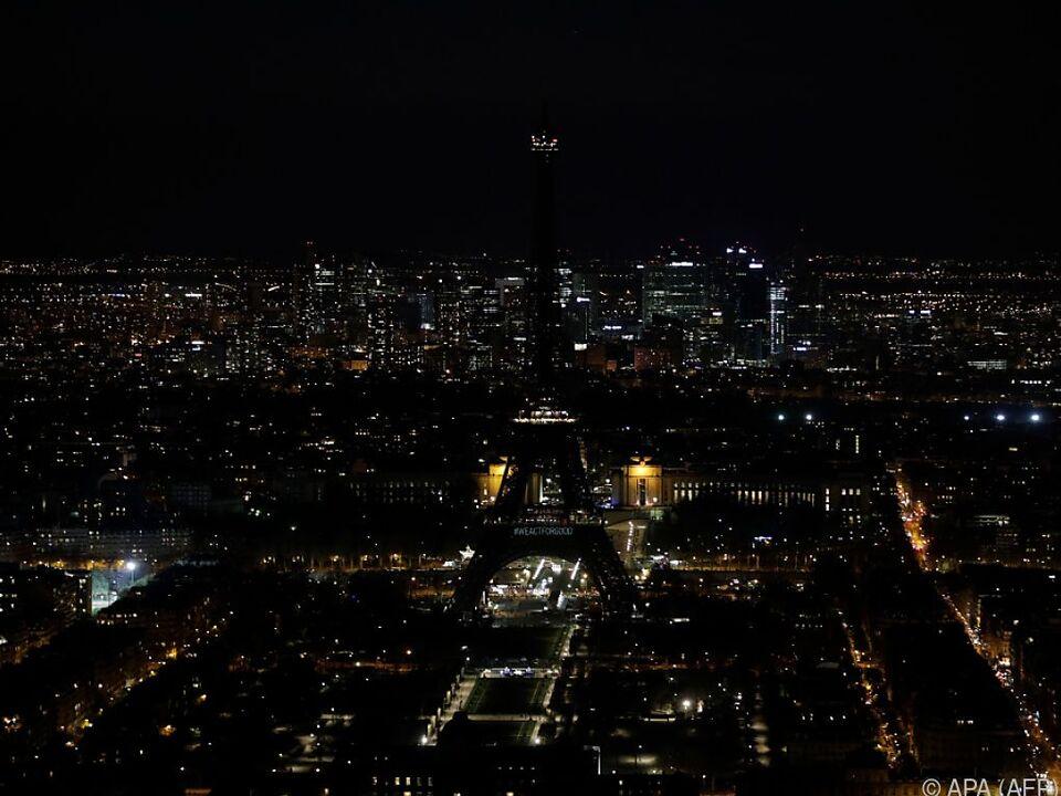 Finde den Eiffelturm: Wahrzeichen weltweit in Dunkelheit getaucht