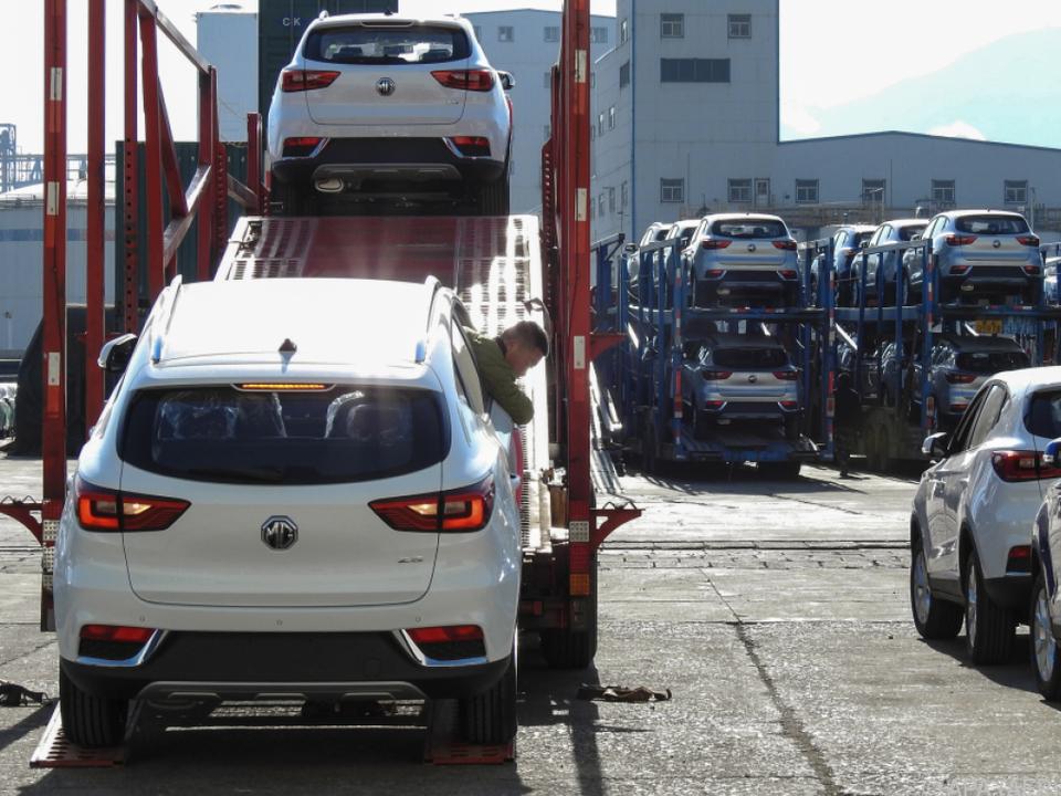 Für den Export bestimmte Autos am Hafen von Lianyungang