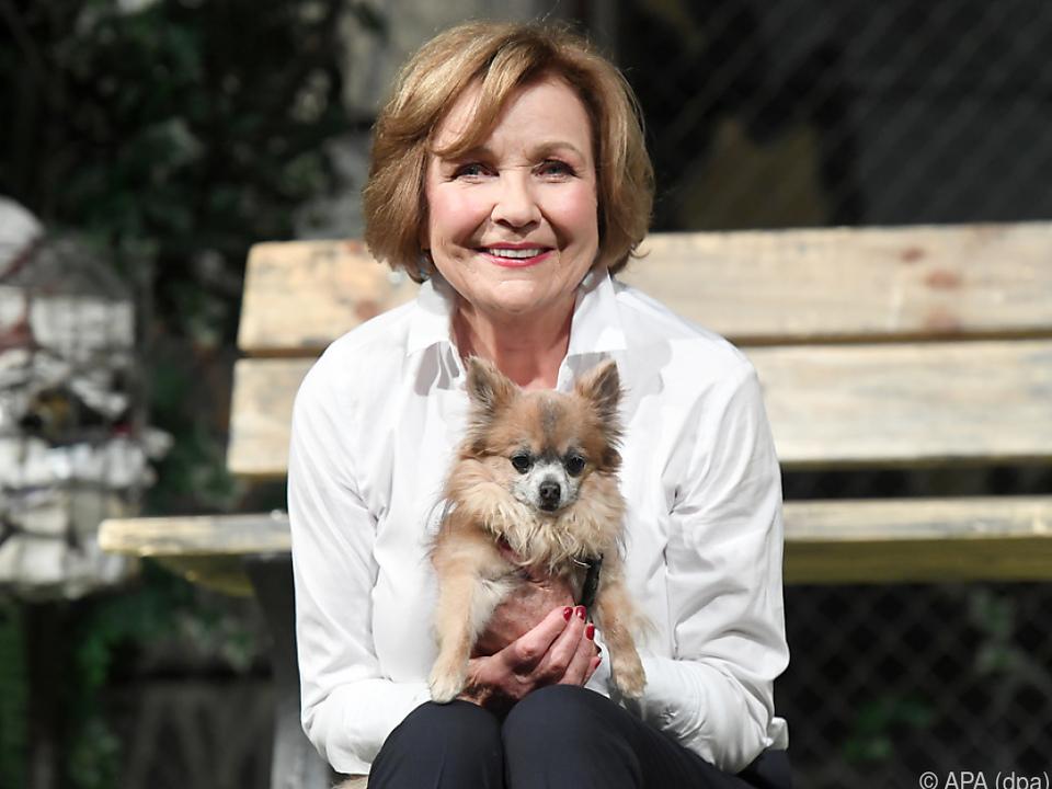 Gila von Weitershausen genießt Spaziergänge mit ihrem Hund