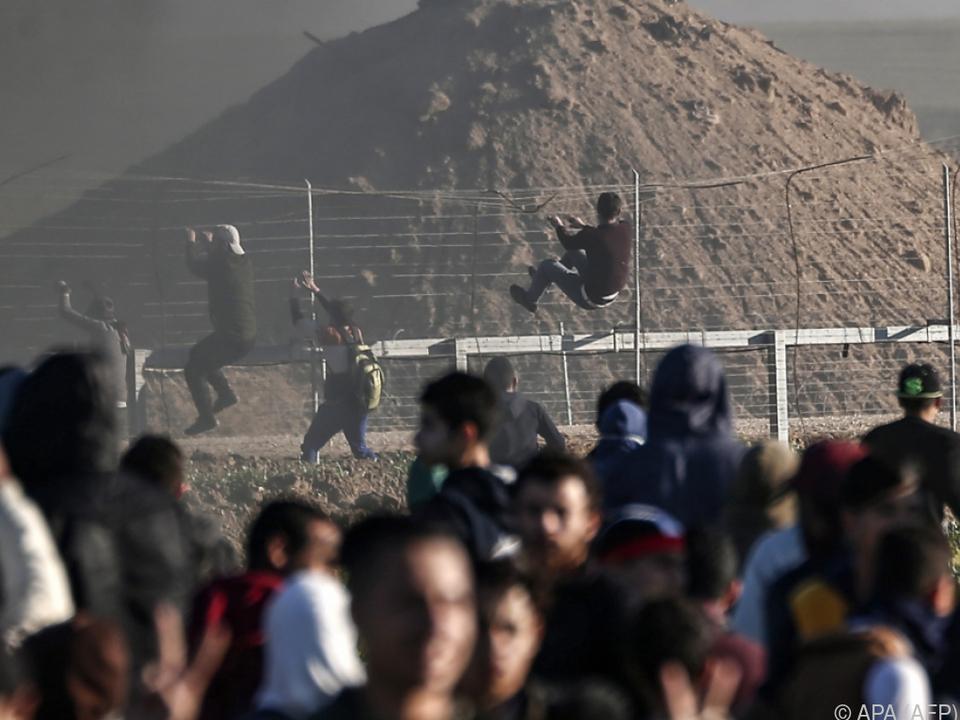 Heftige Auseinandersetzungen am Grenzzaun