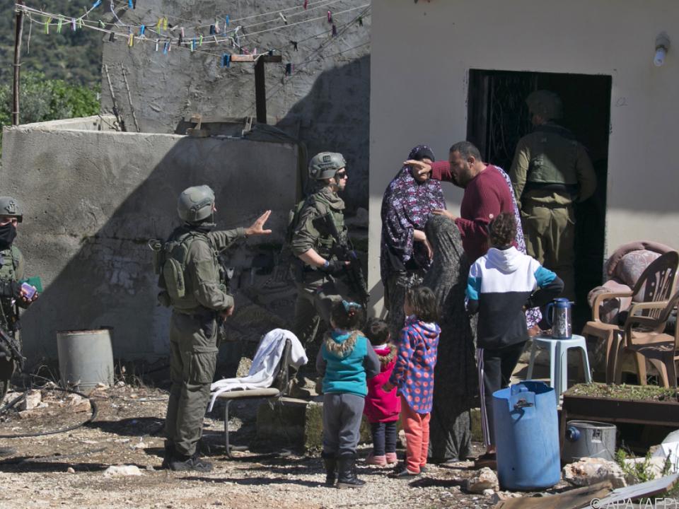 Israelische Soldaten gehen gegen Palästinenser vor