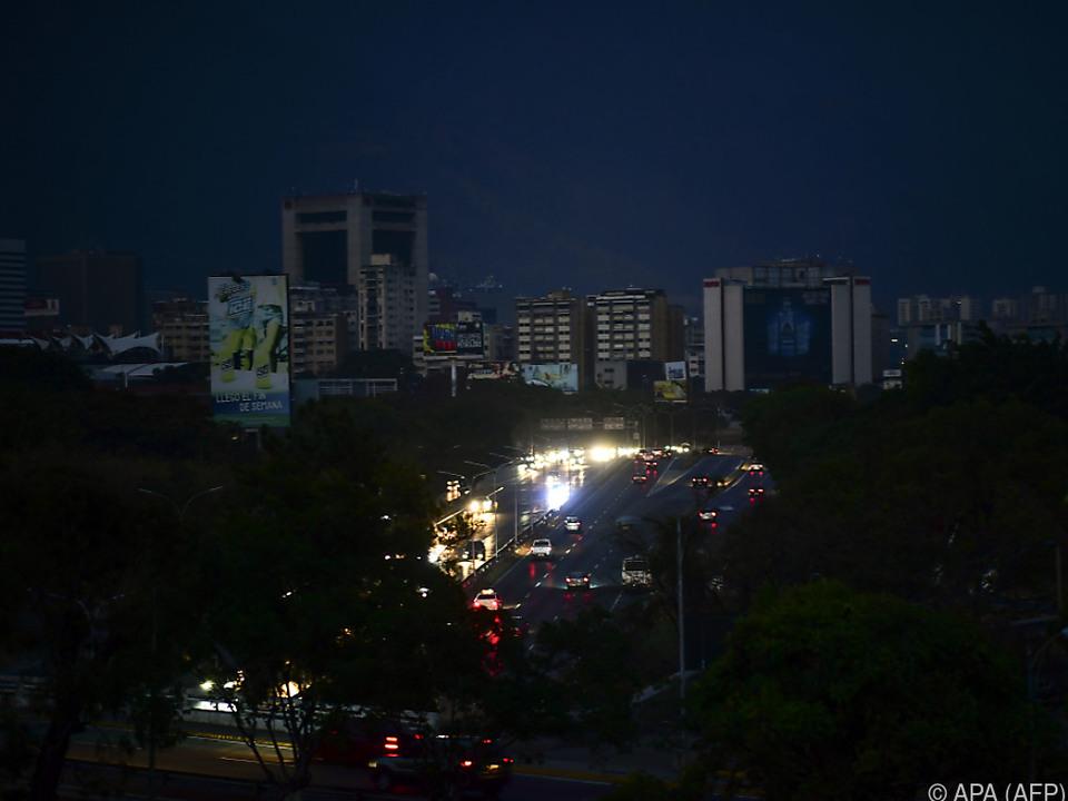 Lediglich Fahrzeuge sorgen für schwache Lichtpunkte