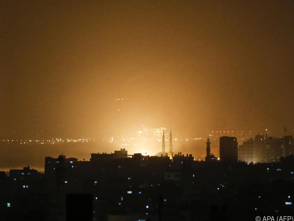 Nachthimmel erleuchtete während der Raketenangriffe