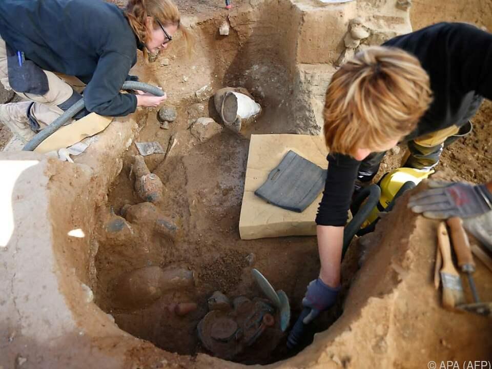 Neben Skeletten wurde eine Reihe von Tongefäßen gefunden