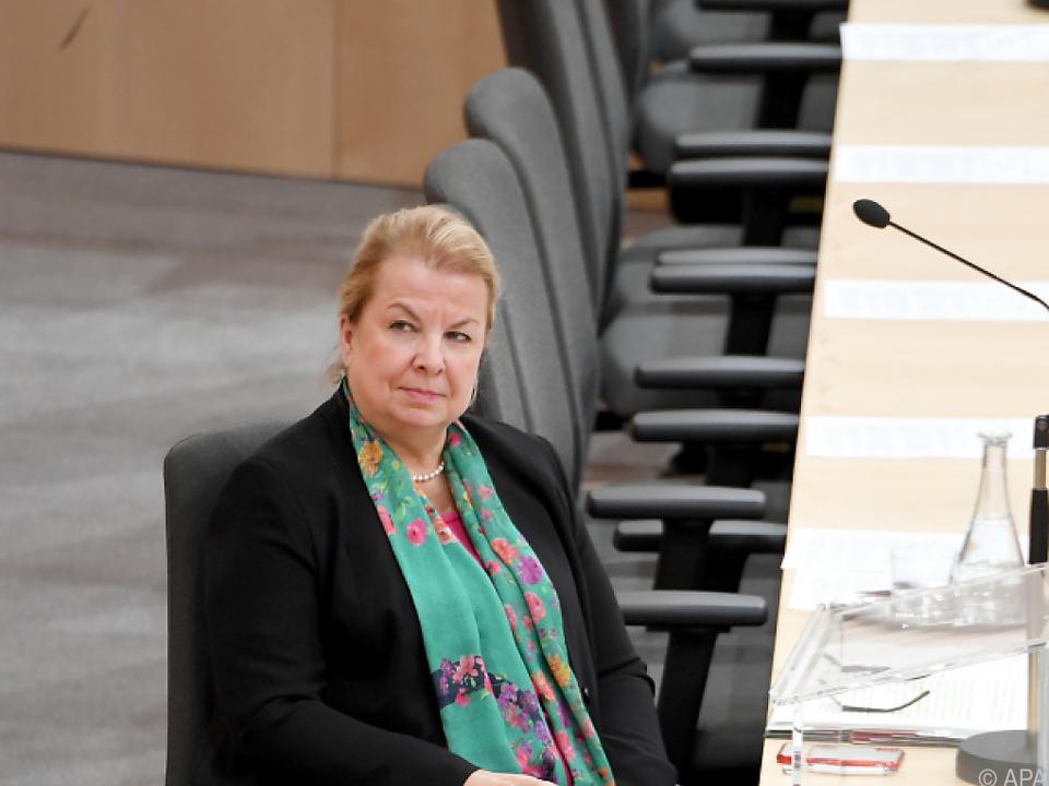 Opposition empört über Sozialministerin Hartinger-Klein
