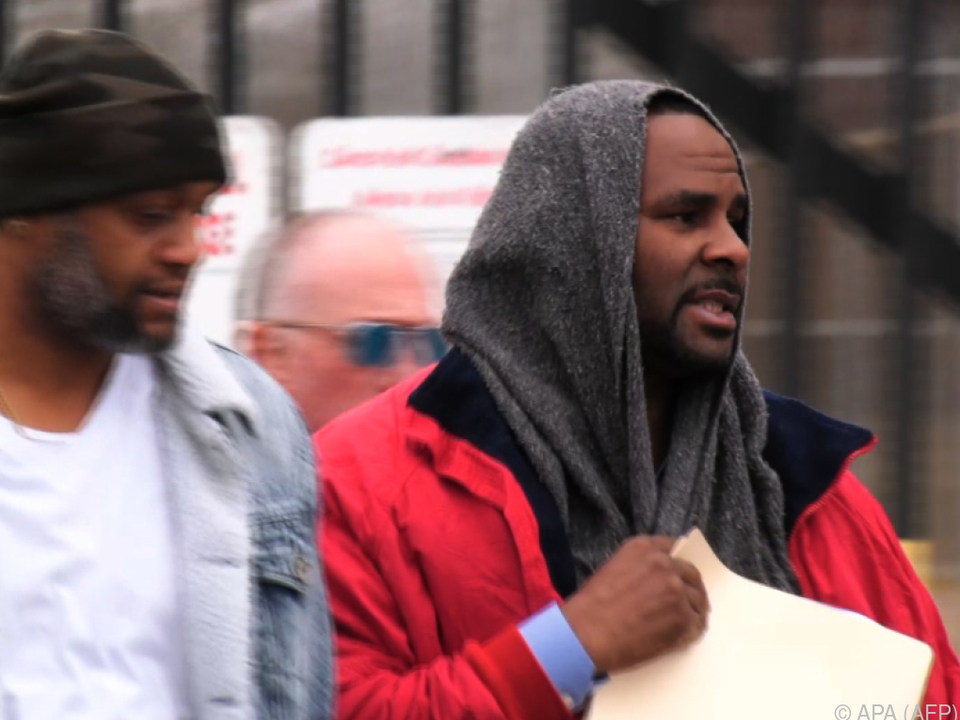 Sänger R. Kelly (r.) beim Verlassen des Gefängnisses