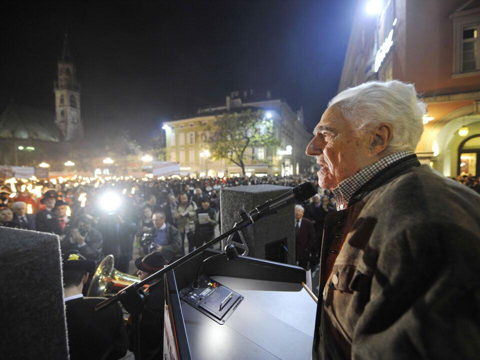 Sandro Canestrini anlässlich der Schützenkundgebung in Bozen Nov. 2008 SEOH.jpg