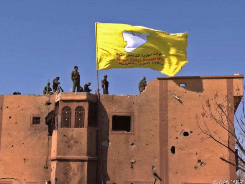 SDF-Truppen hissten ihre Flagge