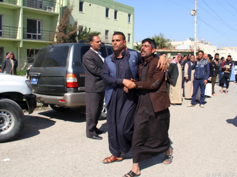 Trauernde Angehörige des Fährunglücks am Tigris