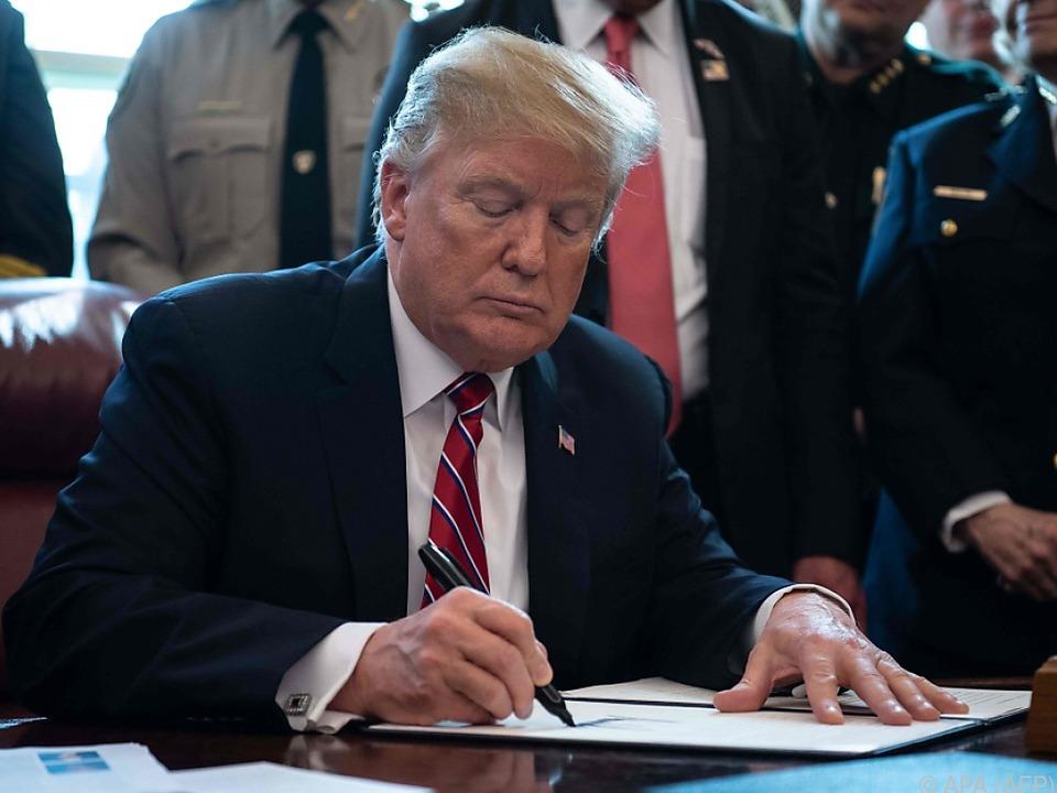 Trump beim Unterzeichnen seines ersten Vetos