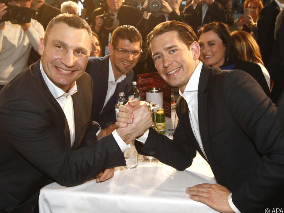 Vitali Klitschko und Sebastian Kurz lächeln in die Kamera