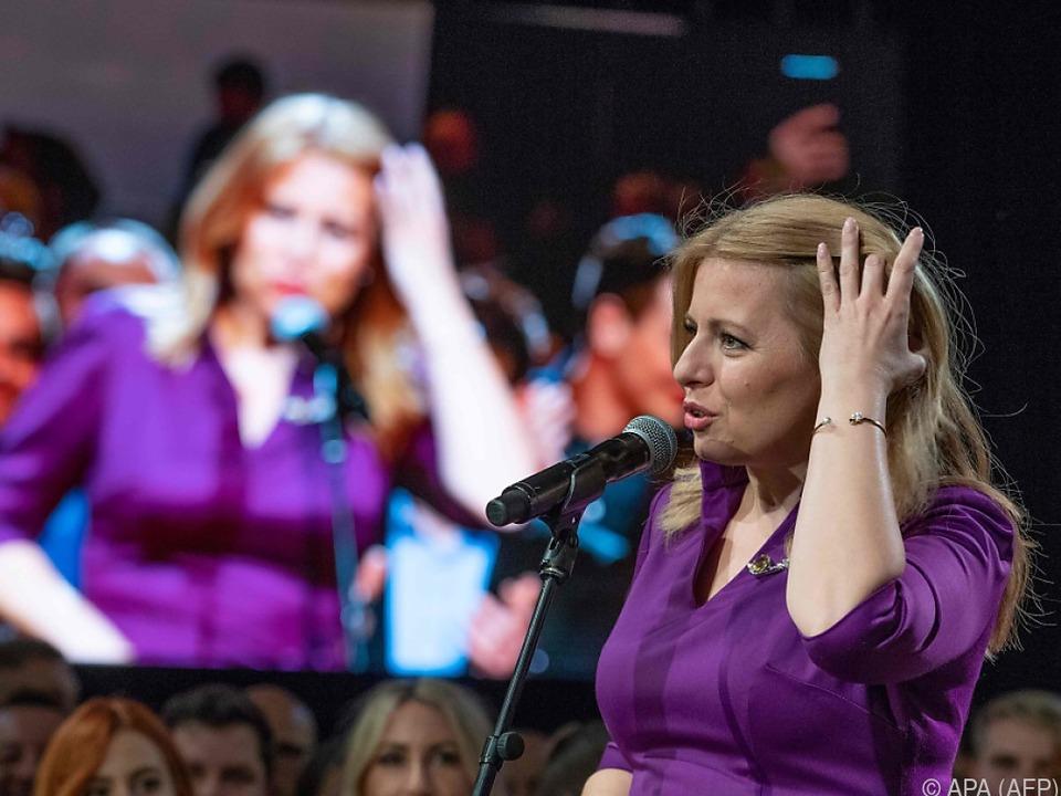 Zuzana Caputova spricht am Wahlabend vor ihren Unterstützern