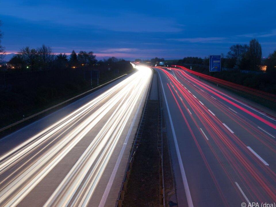 Abgase von Lkw und Bussen müssen reduziert werden verkehr stau a22 autobahn auto lkw sym