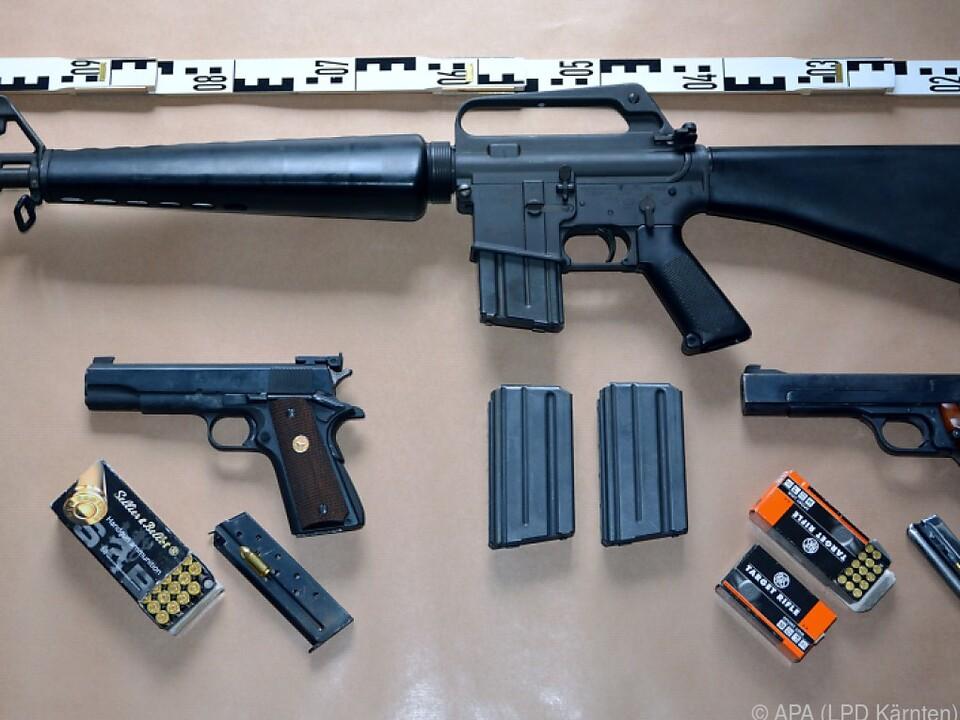 Auch Waffen wie ein Sturmgewehr wurden sichergestellt