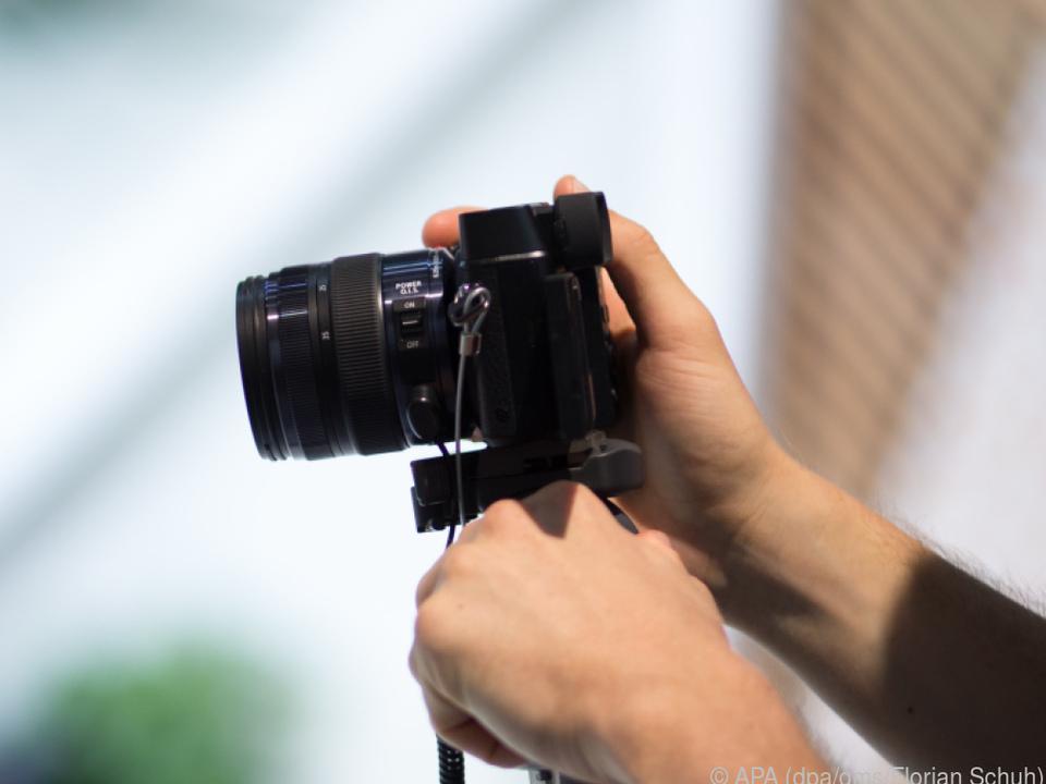 Ein Dreibeinstativ bringt stabilen Stand und sorgt für wackelfreie Aufnahmen