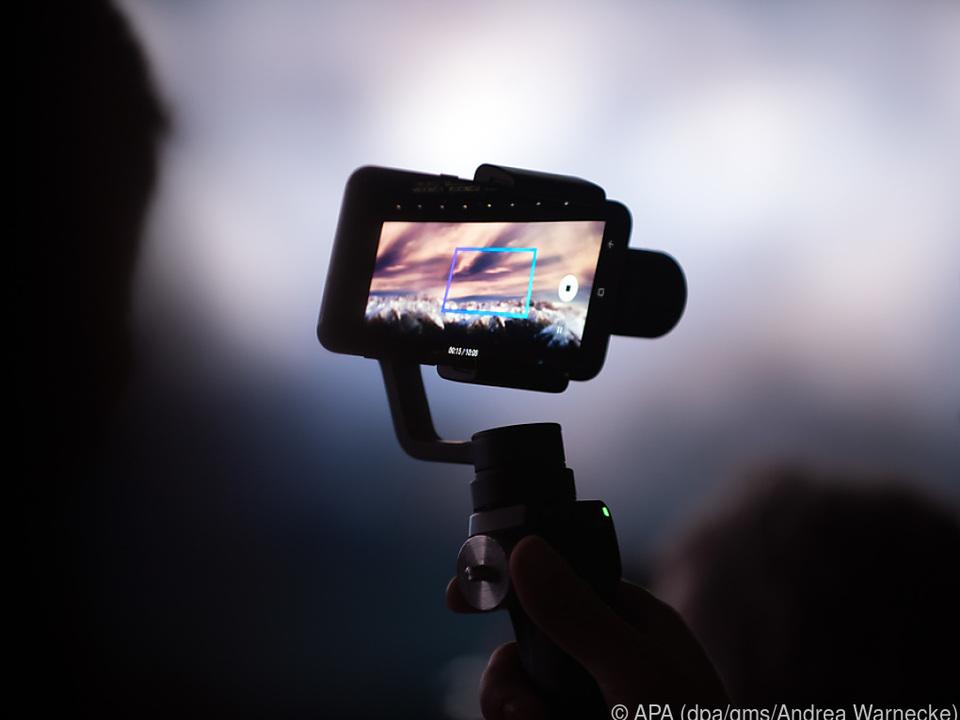 Ein Gimbal hält Smartphones beim Filmen in einer stabilen Position