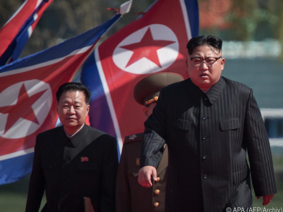 Choe Ryong-hae (li.) gilt als politisches Schwergewicht