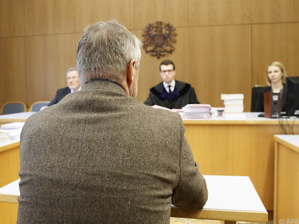 Dem Arzt wird vorgeworfen, jahrelang seine Kinder gequält zu haben