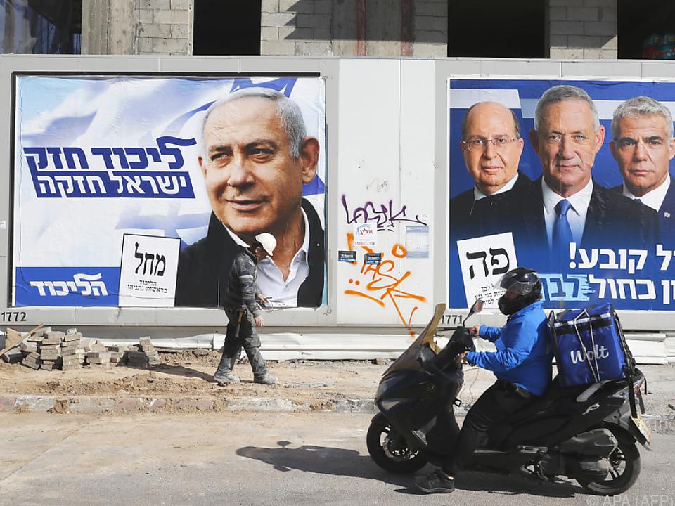 Der Herr am linken Plakat geht mit Vorsprung in die Wahl am Dienstag