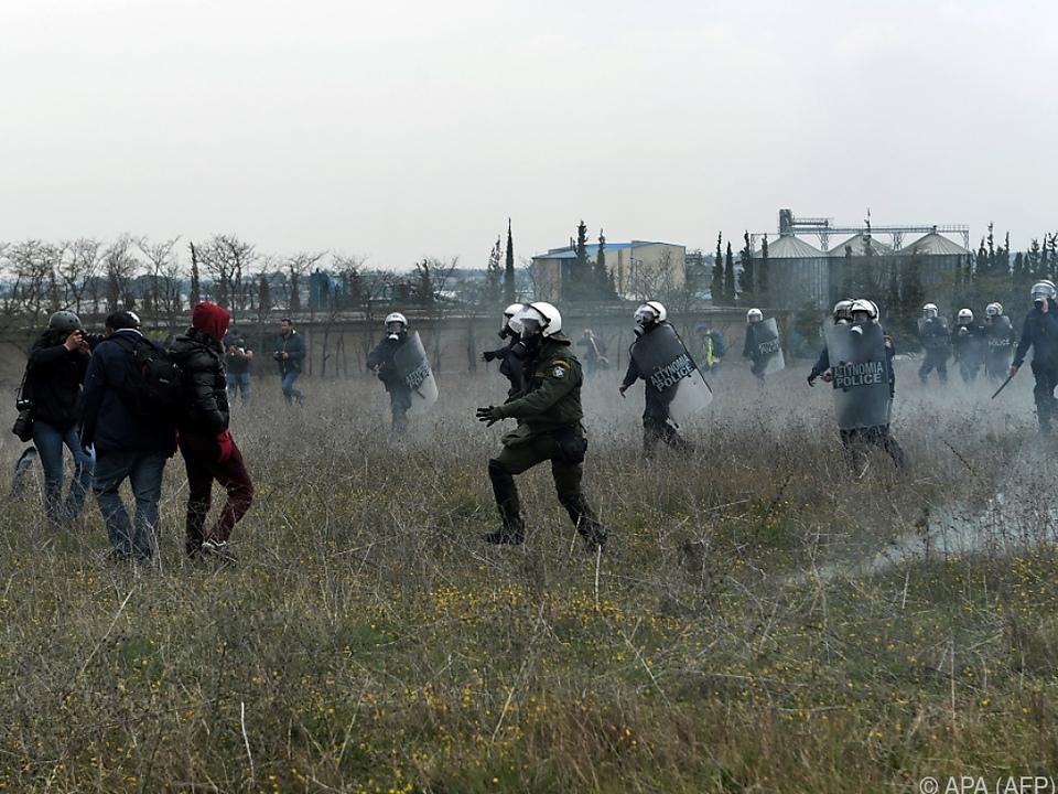 Die Beamten feuerten Tränengas
