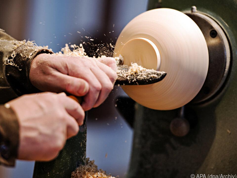 Die EU-Behörde soll unter anderem gegen Lohndumping vorgehen drechseln arbeit job handwerk sym