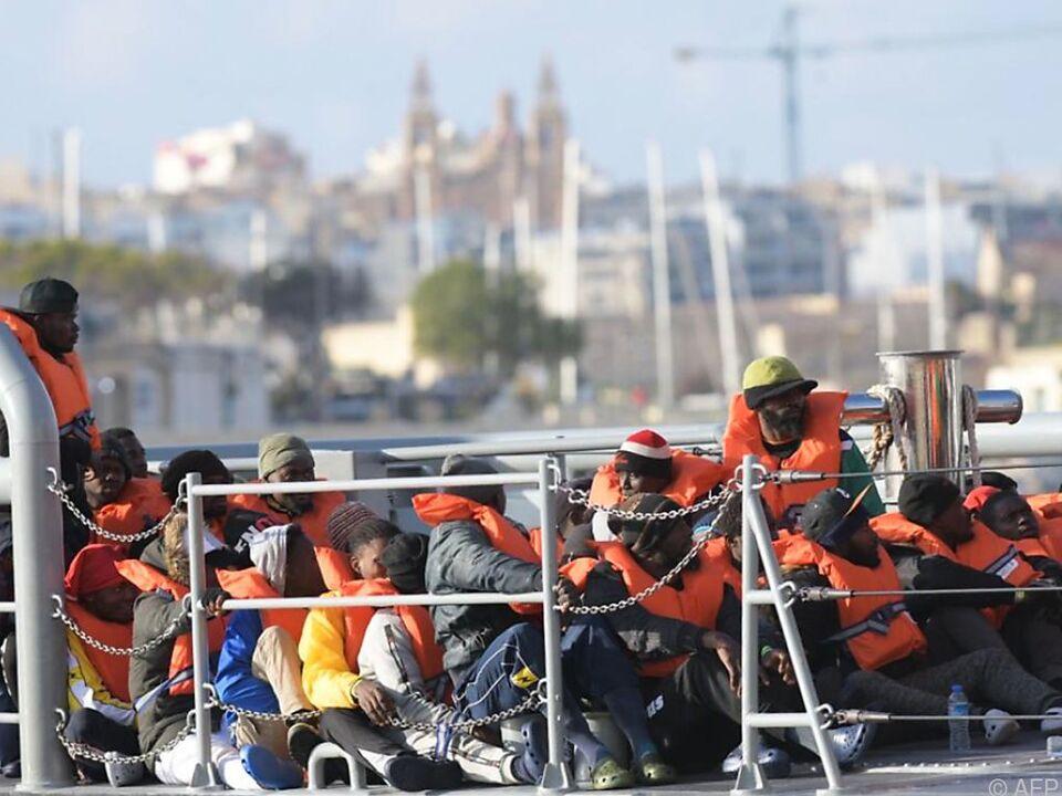 Die Migranten bei ihrer Ankunft am Hafen von La Valletta