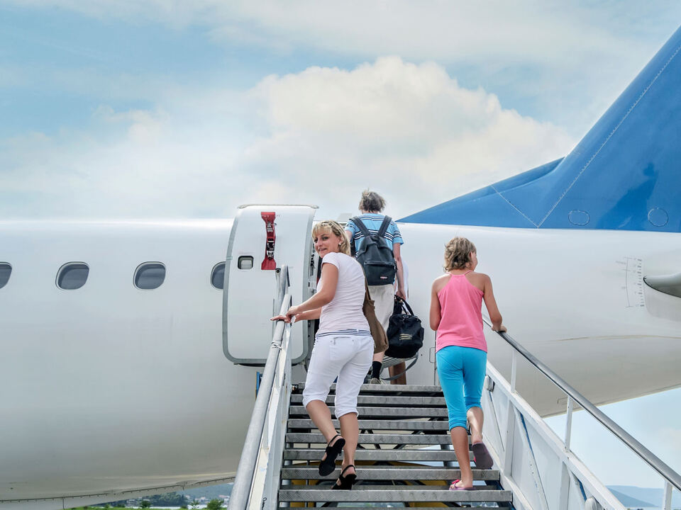 flughafen flugplatz bozen sym Flugzeug (c) shutterstock