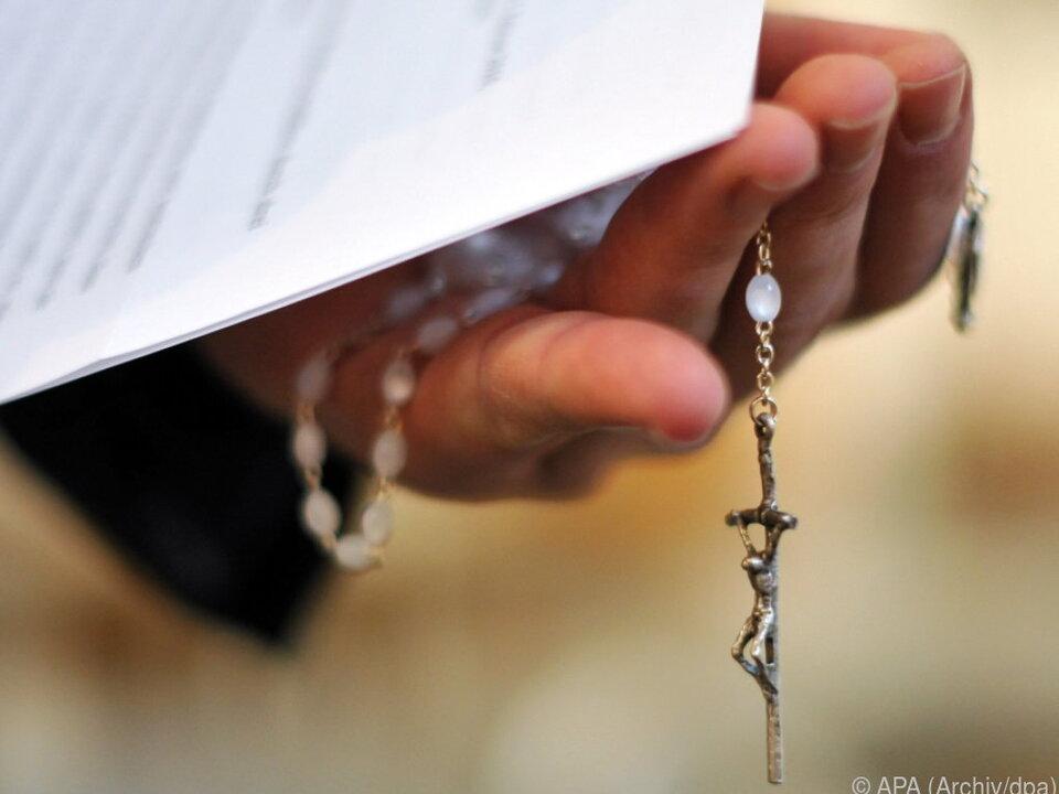 Frau soll Zwillinge von Pfarrer auf die Welt gebracht haben kirche priester sym