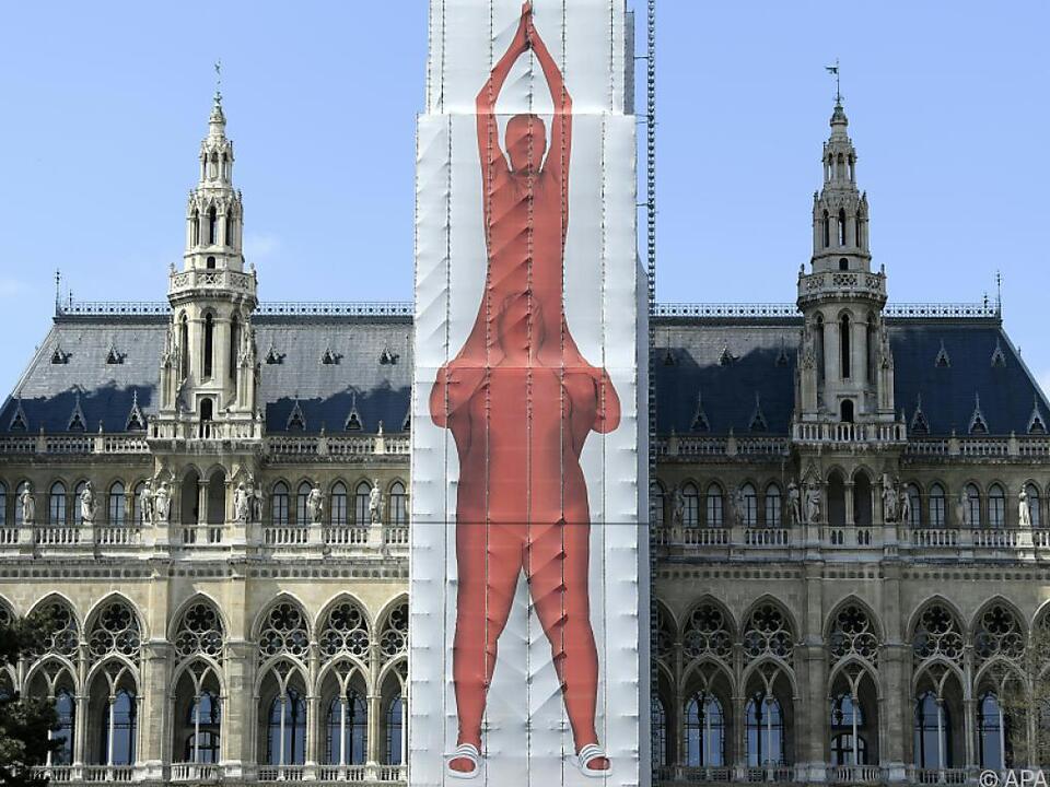 Im Zuge einer Generalsanierung wurde der Hauptturm künstlerisch verhüllt