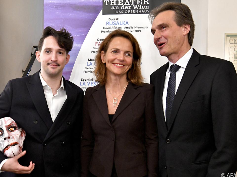 Intendant Geyer (r.) mit Regisseurin Niermeyer und Puppenspieler Habjan