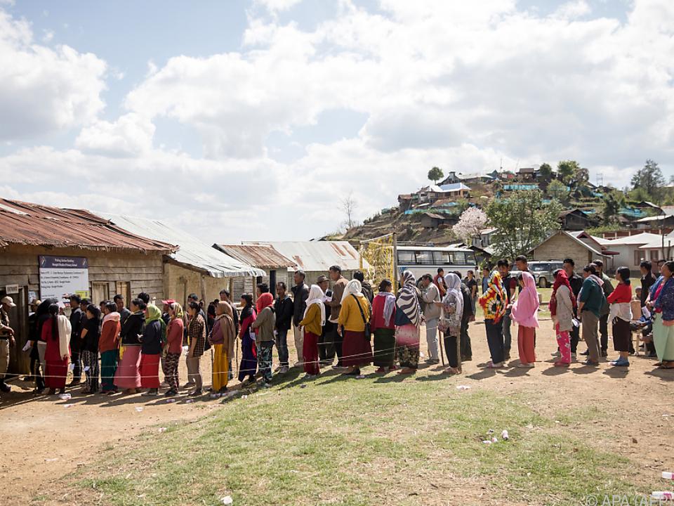 Lange Schlangen vor den Wahllokalen