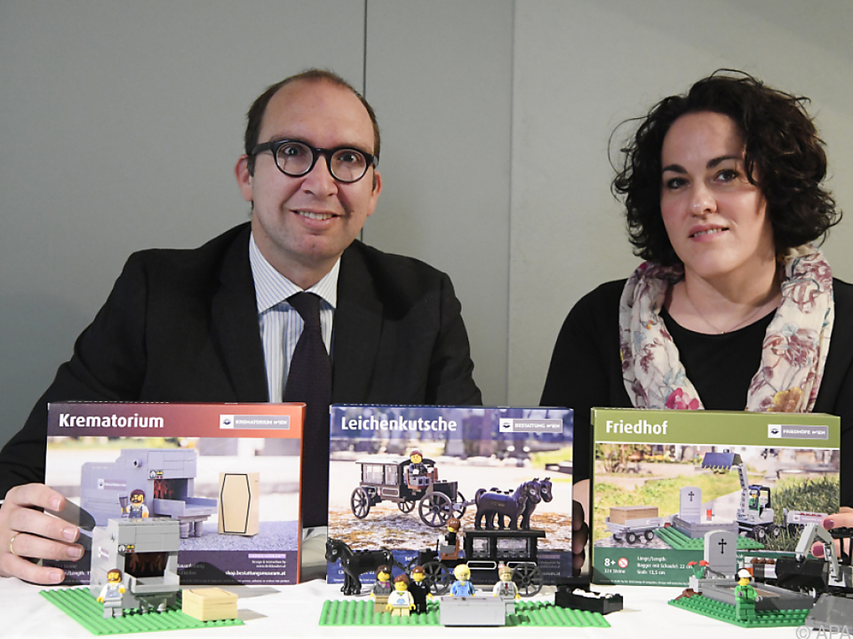 Markus Pinter und Michaela Tomek präsentieren Bestattungs-Lego