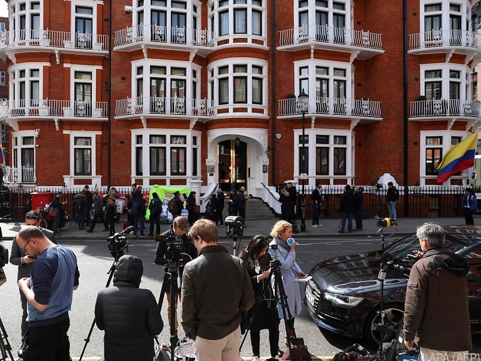 Medienauflauf vor Ecuadors Botschaft in London
