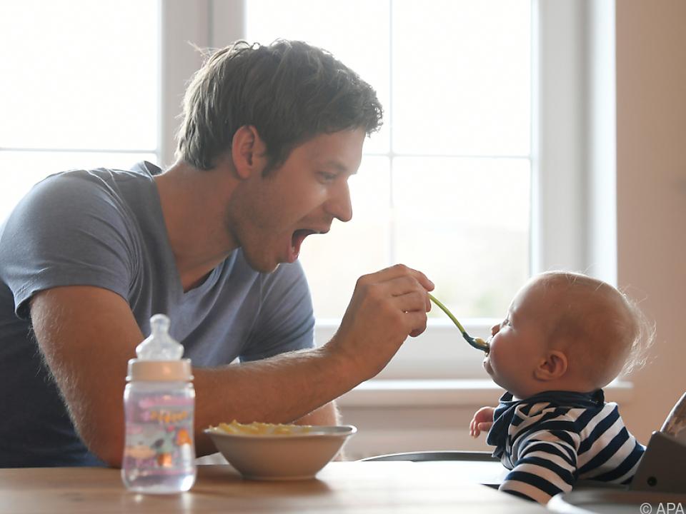 Menschen hätten gerne mehr Zeit für die Familie eltern baby vaterschaft elternzeit