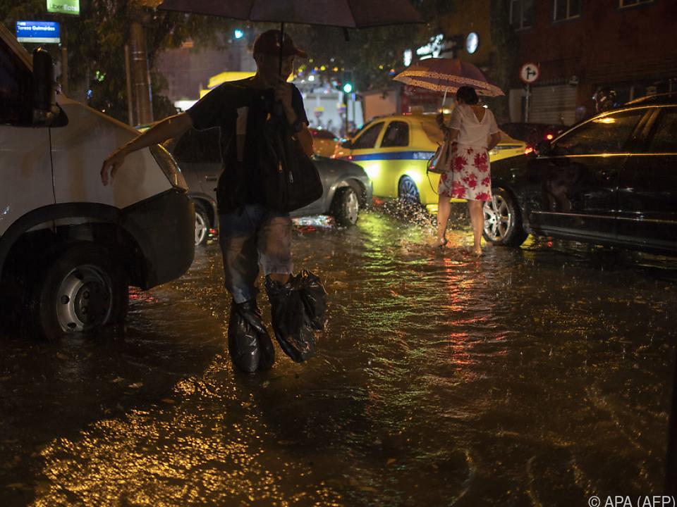 Nach heftigen Regenfällen sind mehrere Straßen überschwemmt