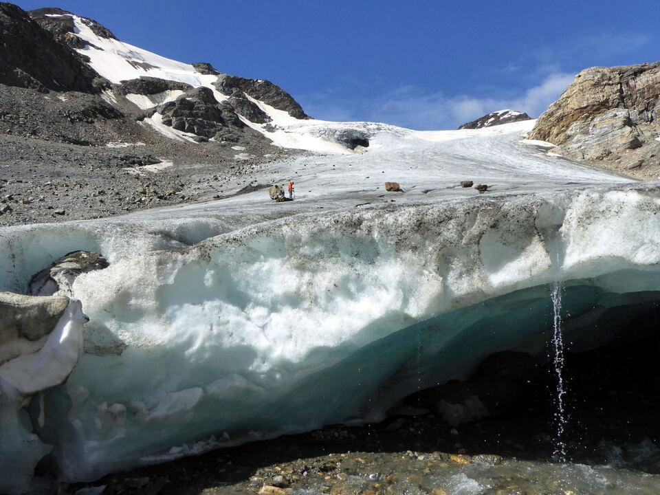 """Das geschmolzene Eis der Gletscher ist für 25 bis 30 Prozent des aktuellen Anstiegs des globalen Meeresspiegels verantwortlich, wie eine aktuelle Studie in """"Nature"""" zeigt. Im Bild: Feldarbeiten am Langenferner Gletscher."""